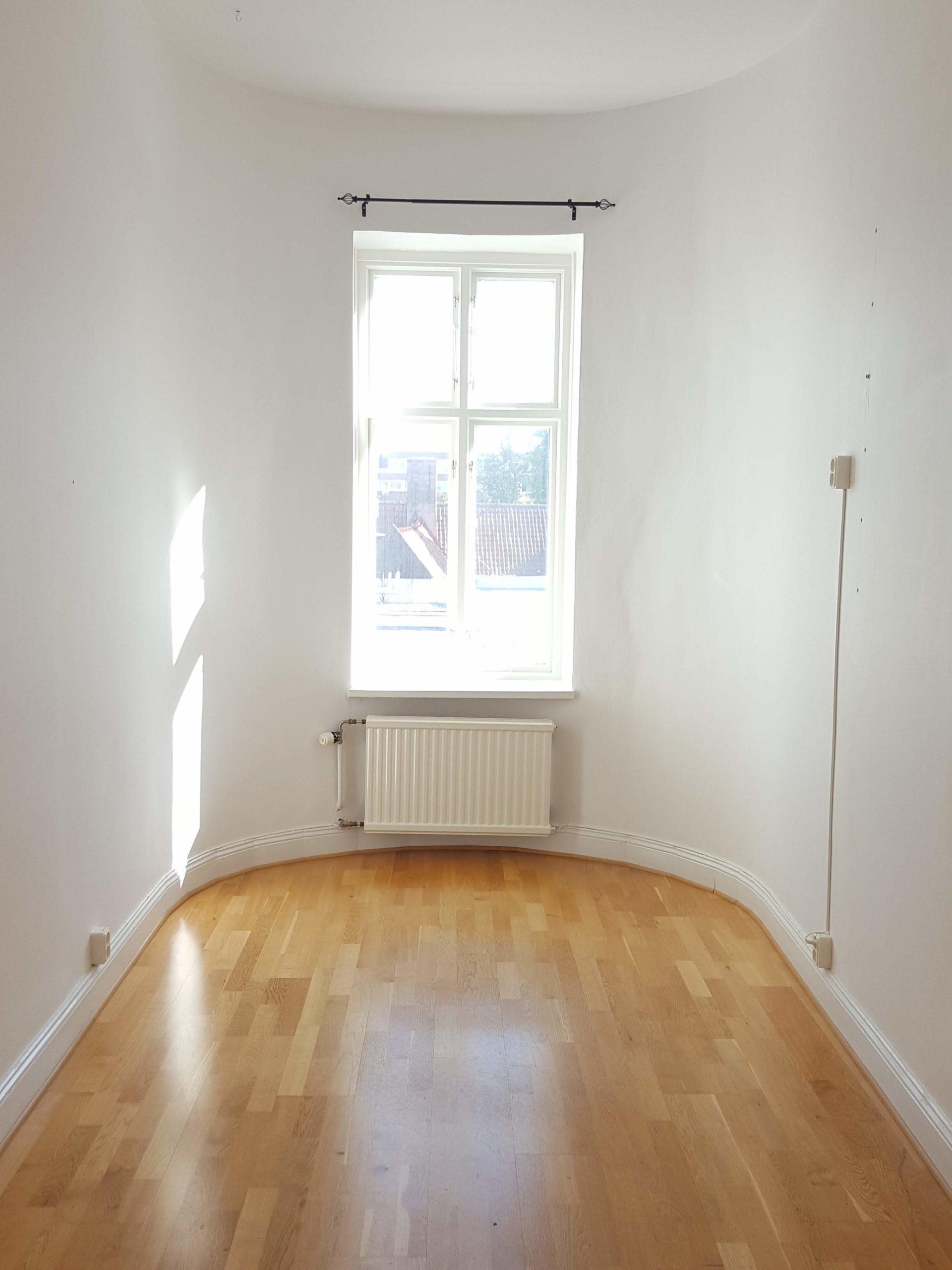Kontorsrum uthyres i Malmö. Ett mindre rum med halvcirkelformad yttervägg med stort fönster.